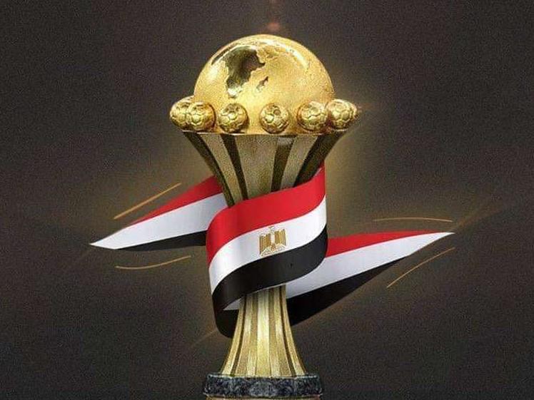 trofeo copa de africa envuelta bandera de Egipto