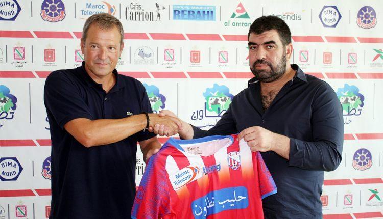 Viadero sostiene la camiseta del MAT junto al presidente del club