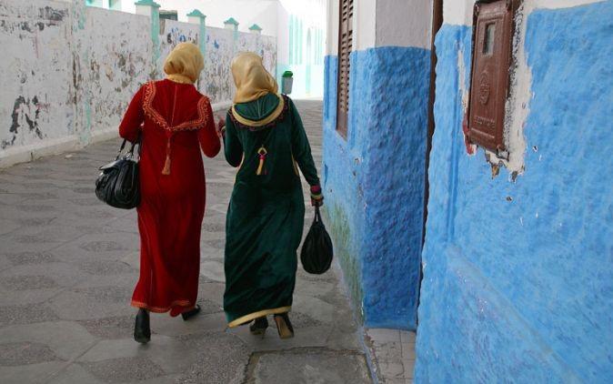 dos mujeres con hijab de espaldas paseando