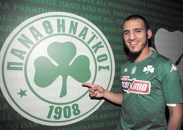 Yassin Ayoub junto al escudo del Panathinaikos, en su sede