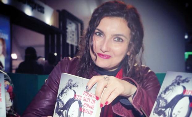 La escritora Loubna Serraj sostiene su libro premiado