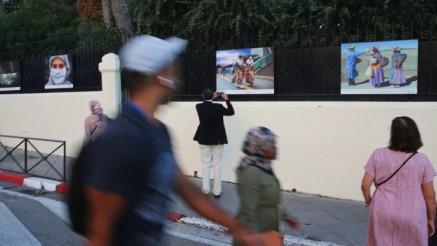 Imágenes de la muestra en el exterior del Consulado de Francia