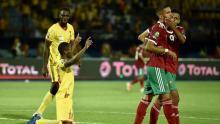 Celebración jugadores Benin mirando al cielo, jugadores marroquíes sin consuelo