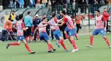 jugadores mogreb tetuán en el campo celebran un gol