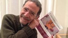 Lotfi Akalay sostiene uno de sus libros