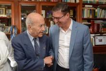 Younes Mujahid saluda a Yusufi