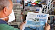 lector con mascarilla leyendo un diario en marruecos