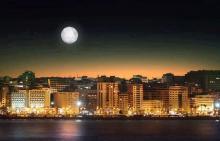 Vista edificios paseo maritimo Tánger de noche