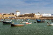 vista puerto Arcila (Asilah) con la ciudad de fondo