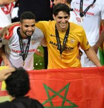 En Nsyri y Bono con bandera de Marruecos