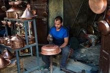 Artesano del cobre en la medina de Fez