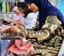 Mujer haciendo prenda en taller de ropa en Tetuán
