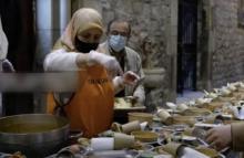 Voluntaria musulmana sirviendo el iftar en el claustro de la iglesia santa ana