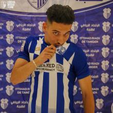 el delantero marroquí Mouad Ajandouz besa el escudo del IRT en su presentación