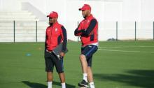 Abdellatif Jrindou, junto a su ayudante sigue su primer entrenamiento
